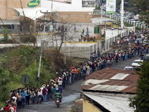 food-line-in-venezuela-san-cristobal-2